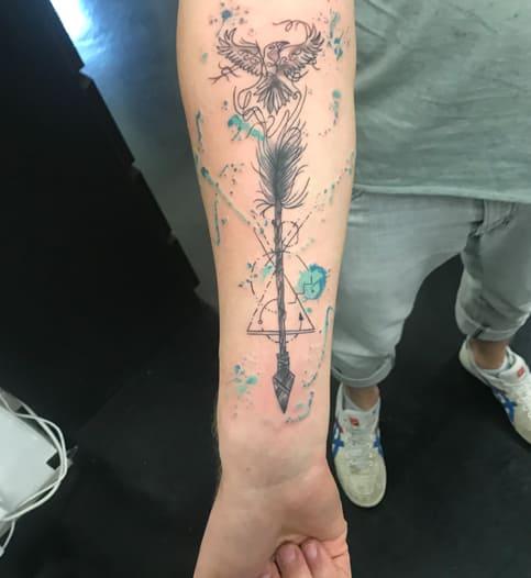 Pfeil mit Adler , leichte Farbakzente | Tattoo am Unterarm