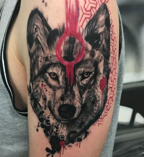 Wolfs Tattoo mit roten Akzenten am Oberarm | Trash Polka Tattoo